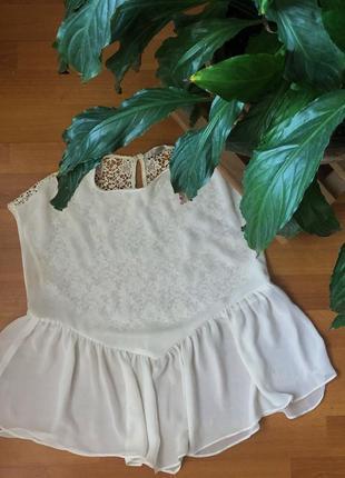 Бело-молочного цвета блузка