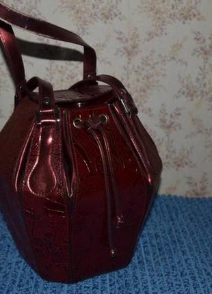 Необычная женская сумка-бочонок бордовая