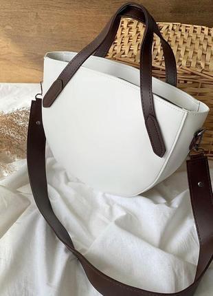 Вместительная полукруглая сумка бело-шоколадного цвета