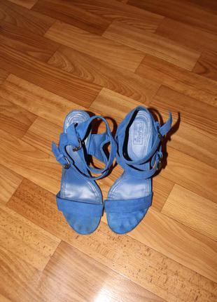 Босоножки на каблуке фирмы zara