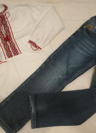 Вишита сорочка і джинси