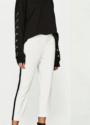 Белые штаны, джогеры, с чёрными лампасами