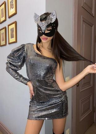 Блестящее эффектное облегающее мини платье из трикотажа с одним рукавом - фонариком