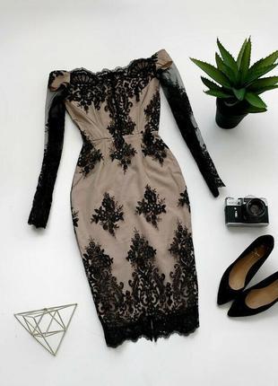 Элегантное облегающее нарядное кружевное вечернее платье с открытыми плечами