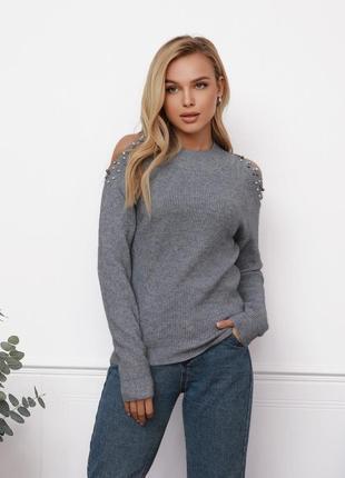 Серый ангоровый свитер с вырезами на плечах