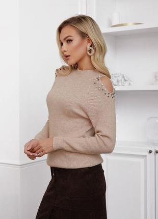 Бежевый ангоровый свитер с вырезами на плечах