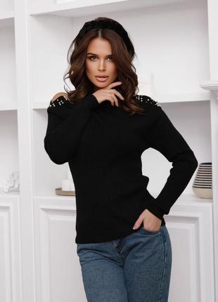 Черный ангоровый свитер с вырезами на плечах