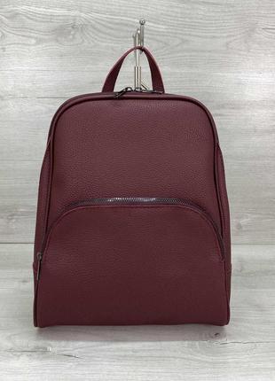 Женский рюкзак в бордовом цвете изготовлен из качественного кожзама
