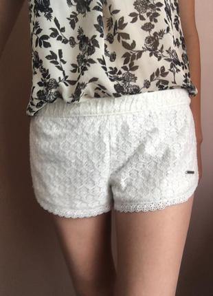 Белые шорты с паетками