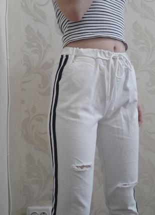 Белые штаны с лампасами