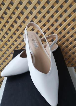 Белые актуальные фирменные туфли-босоножки