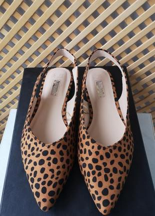 Легкие фирменные туфли-босоножки в леопардовый принт