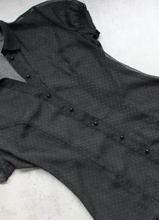 Черная блуза в горошек.