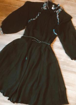 Красива вечірня сукня з пишними повітряними рукавами