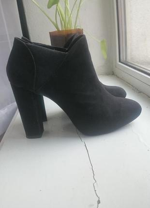 Ботильены черные bershka иск. замша (ботинки, высокий каблук)