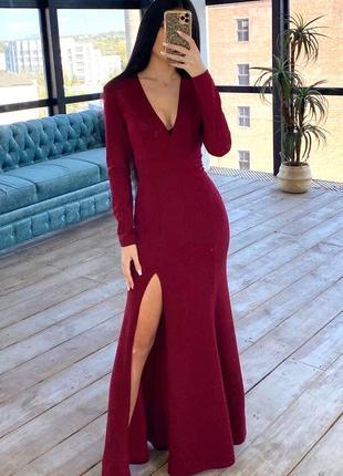 Вечернее длинное платье в пол по фигуре с разрезами на юбке и v-образным вырезом