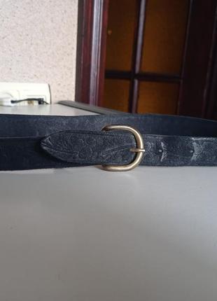 Красивый кожаный ремень с узорами.