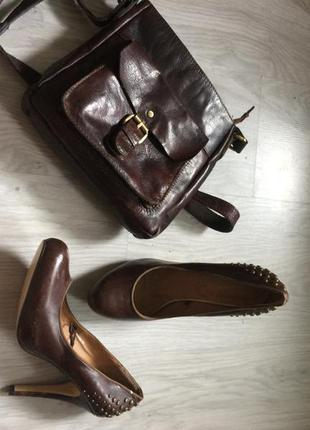 Кожаные туфли на высоком каблуке