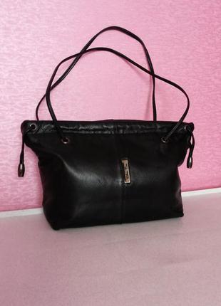 Изящная черная сумочка из натуральной кожи