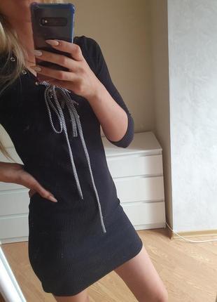 Платье в рубчик с переплетом на груди