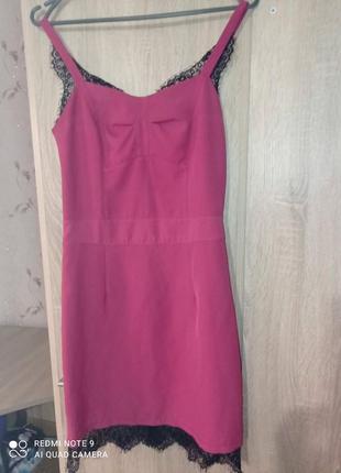 Нежно розовое платье с кружевом