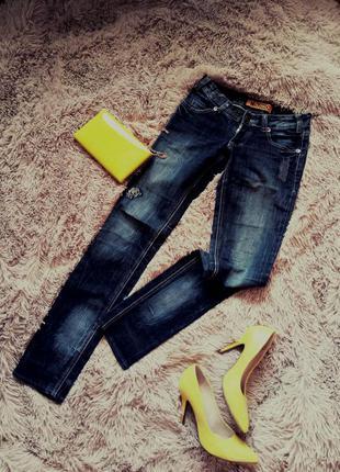 Темные джинсы