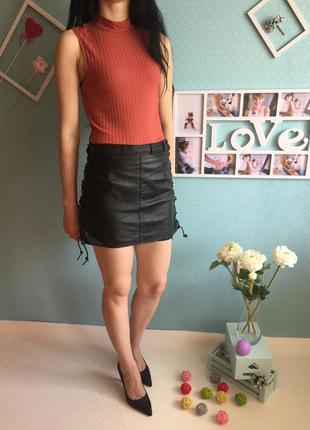 Трендовая кожаная юбка на шнуровках по бокам