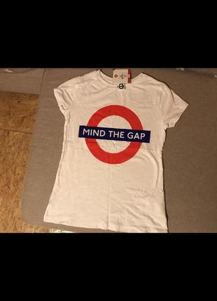 Белая стильная футболка