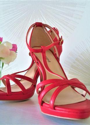 Сочные,летние босоножки ярко красного цвета от фирмы t.taccardi.
