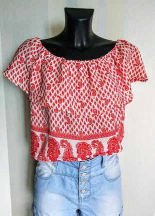 Моднейшая блузочка с воланом по плечам в красно белый орнамент