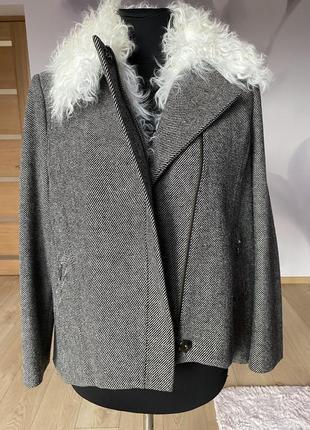 Женская драповая расклешенная курточка с воротником из козы