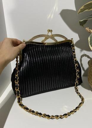 Красивая лакированная сумка с золотой фурнитурой