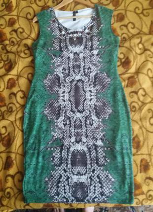 Платье-футляр со змеиным принтом