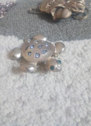 Стильная золотая брошка черепашка с кристаллами swarovski.