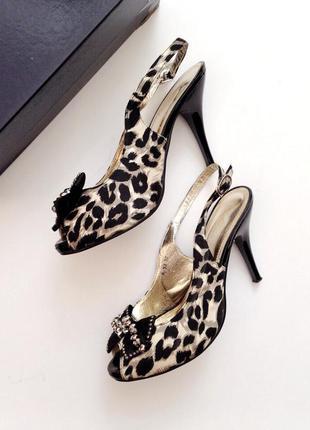 Шикарные леопардовые золотые чёрные босоножки на каблуке