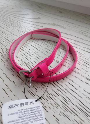 Яркий, розовый ремешок для девочки.