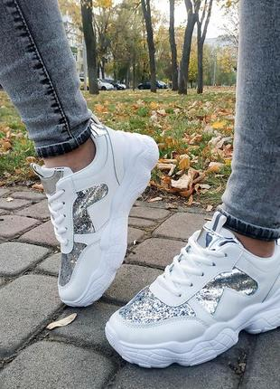 Белые стильные серебристые кроссовки с блестящими вставками