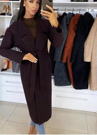 Элегантное осеннее пальто в сочном оттенке марсала