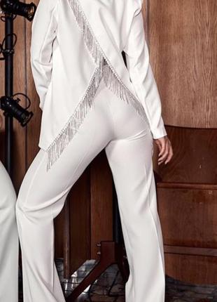 Белый брючный костюм спинка камни