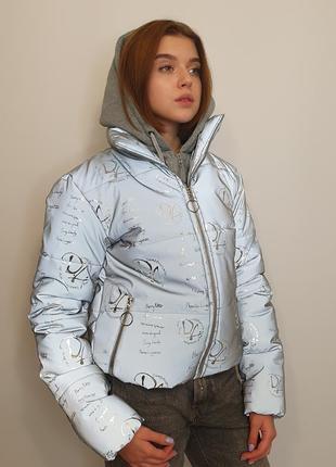 Светоотражающая куртка из рефлективной ткани с принтом с трикотажным капюшоном.