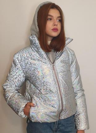 Светоотражающая куртка из рефлективной ткани с трикотажным капюшоном.