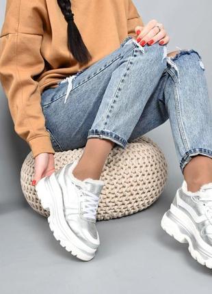 Серебряные кроссовки зима