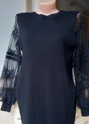 Черное трикотажное платье с ажурными рукавами