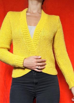 Желтая вязаная кофта укороченная