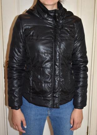 Курточка черная с капюшоном
