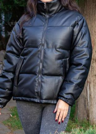 Черная кожаная куртка пуховик на осень-зиму размер м
