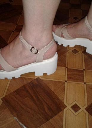 Босоножки супер модные на тракторной подошве)