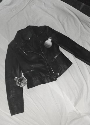 Чорна кожана куртка