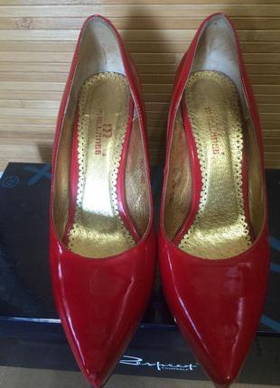 Туфельки красные лаковые