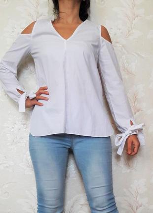 Белая блуза с вырезами на плечах